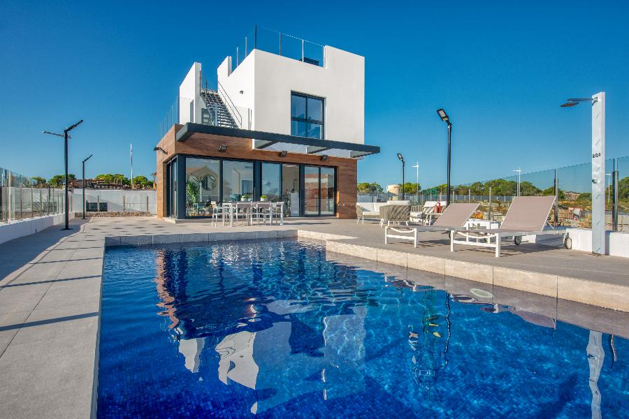 Welcome home at the villas with natural finishing materials and stunning views at the La Finca Golf resort in Algorfa. Ref. SPA16