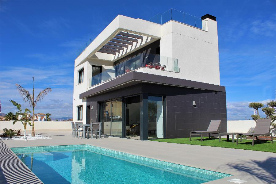 Beautiful spacious villas located on a golf resort with private swimming pool.  Ref. SPA1632
